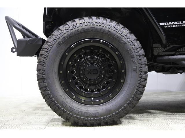 シンプルなデザインながらもネオクラシックっぽいデザインで今大人気のKMC XD136 ブラック 20インチを装着!