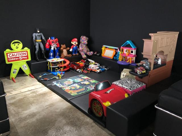キッズスペースをご用意させて頂いておりますので、お子様も退屈する事は無くアメリカンから直接仕入れたホビー、雑貨をお置きさせて頂いております。