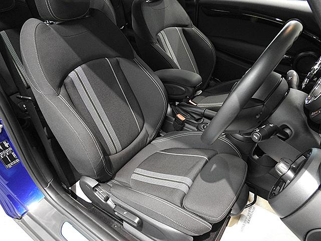 シートやステップもきれいな状態です。COOPER Sのシートは長距離でも疲れにくい、ホールド性の高い形状です。