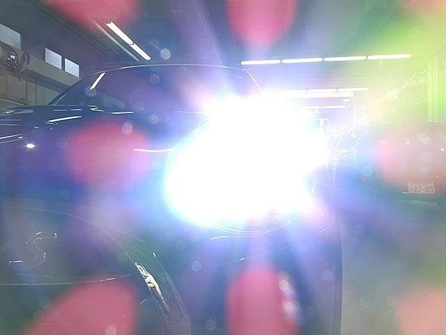 LEDヘッドライト&フロントフォグランプ キセノンに比べて明るさと照射範囲が向上し、消費電力も低減のため省燃費に貢献。周囲のリング部分はデイライトとして日中ヘッドライトOFF時も点灯します。