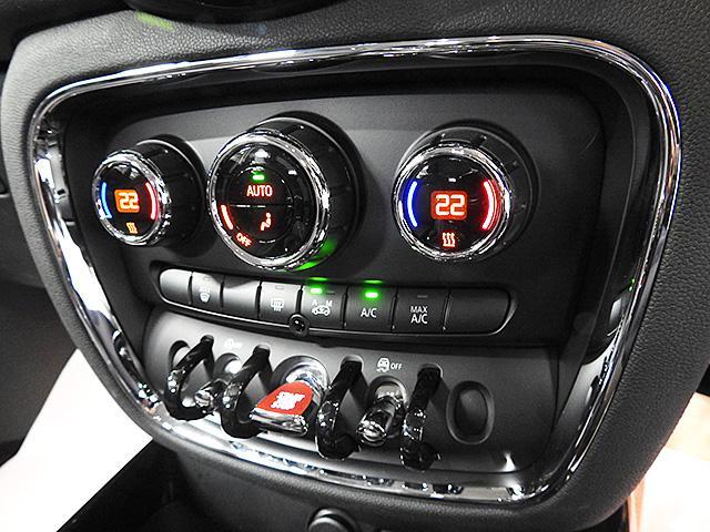 2ゾーンオートエアコン。運転席と助手席&後部座席で温度調整可能。