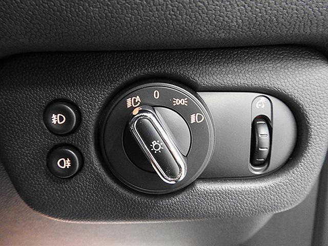 ヘッドライトスイッチです。写真はオートライトにした状態。左側に前後のフォグランプスイッチ、右側にスピードメーターの照度調整ダイヤルがついています。