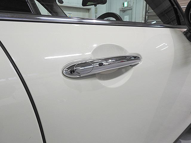 ドアハンドル部分には黒いボタンが付いています。キーを持っていれば、触るだけでドアロック、ロック解除が可能です。