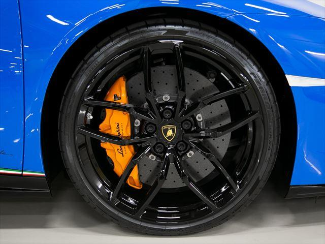 20インチ、ハイグロスブラックのホイールにオレンジのキャリパー。内装のステッチとキャリパーの色を合わせるオシャレな仕上がりとなっています。