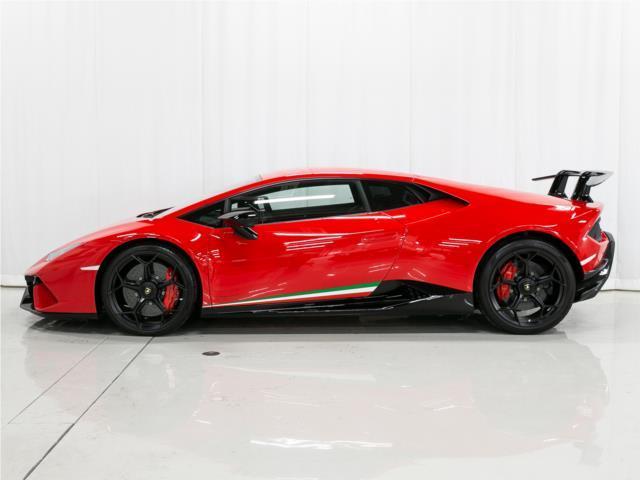 V10エンジン、5.2リッター、640馬力、最高時速325km/h、0−100km/h2.9秒を誇ります。