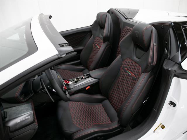 ホールド性の良いシートが街乗りからサーキットまで、しっかりとドライバーをサポートしてくれます。