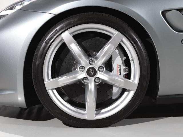 20インチ・シルバー塗装仕上げホイールを装備。オプションのカーボンセンターキャップを装着しています。タイヤの残り溝も問題ありません。