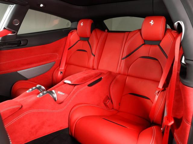 後席は大人の方でも十分なヘッドクリアランスを確保しています。レッグスペースも十分な広さがあり、窮屈感はありません。ぜひ実車にてご確認下さいませ。