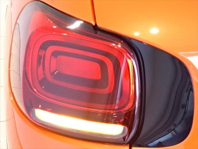 1.2L PureTechガソリンターボ EAT6 5ドア 右ハンドルFEEL主要装備+バイトーンルーフ・運転席センターアームレスト・前方可倒式助手席シートバック・リアシート前後スライド