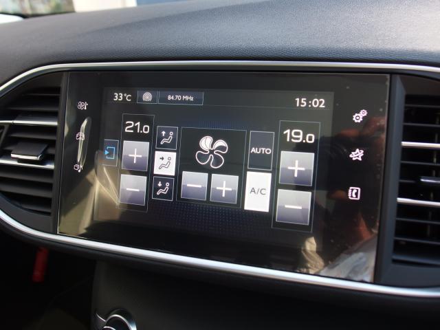 エアコン操作はタッチスクリーン画面上で行います。左右独立温度調整式オートエアコンです。