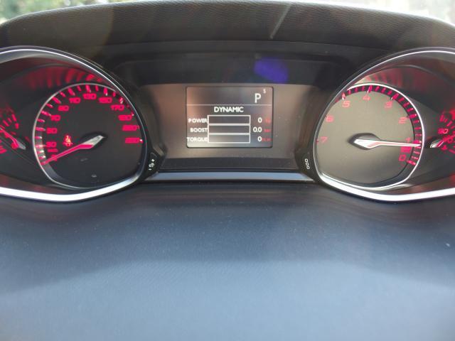 『ドライバーズスポーツパック』が装備されており、機能を作動させると、エンジン音トルクステアリングに変化をもたらしてくれます。