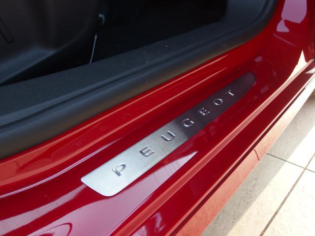 PEUGEOTのロゴ入りフロントドアサイドステップガードが装備されております。