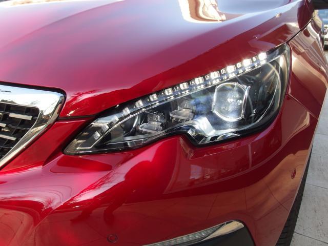 ヘッドライトにはLEDが採用され、明るさや消費電力共に高効率になります。LEDのポジションランプもおしゃれな雰囲気を感じさせます。