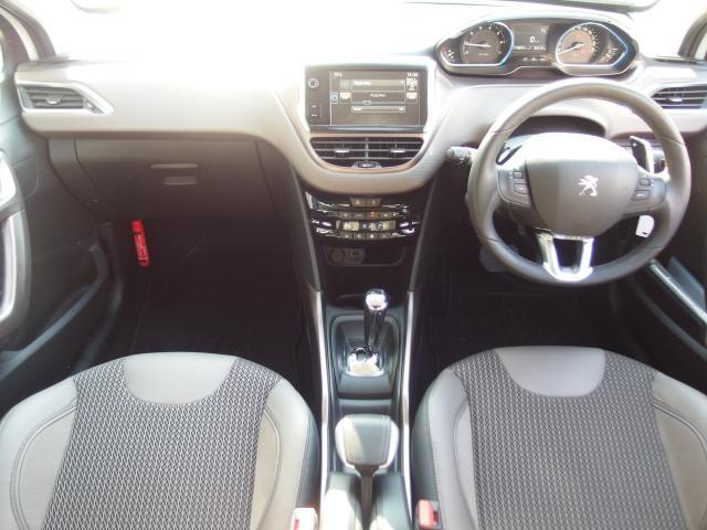 コックピット周りのデザインはシンプルですが、ドライバーにとって必要な情報を集約しております。