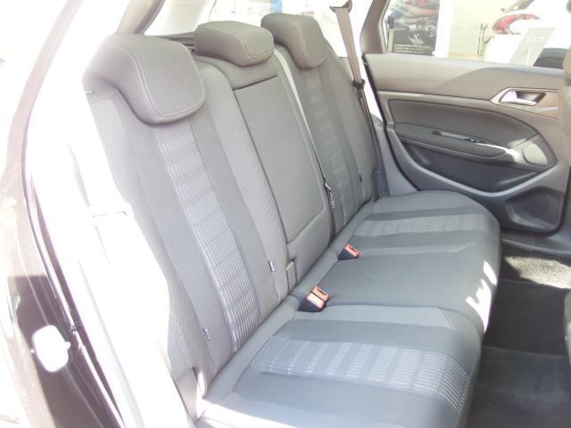 リアシートは大人が座ってもゆったりな空間です!長時間のドライブも疲れを感じにくいのが特徴です。