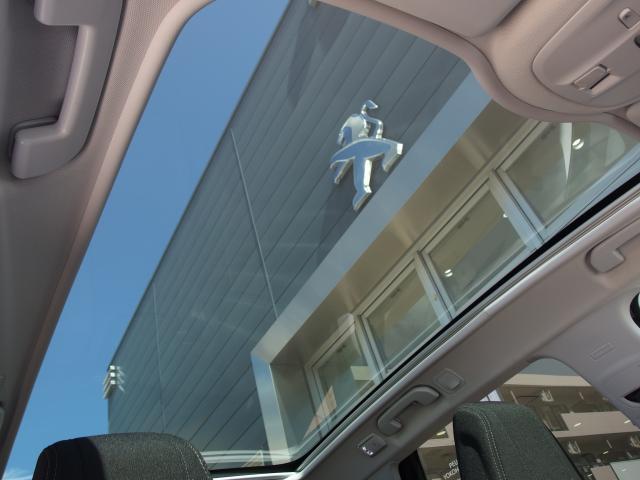 広々としたパノラミックガラスルーフを装備しております。開放感のあるドライブをお楽しみいただけます。