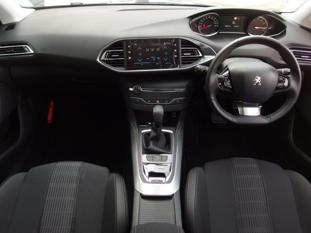 コックピットは小径ステアリングが採用され、操舵性が容易に感じられます。メーターはデジタル表記になったことにより視認性がよく、ドライバーの負担を軽減いたします。