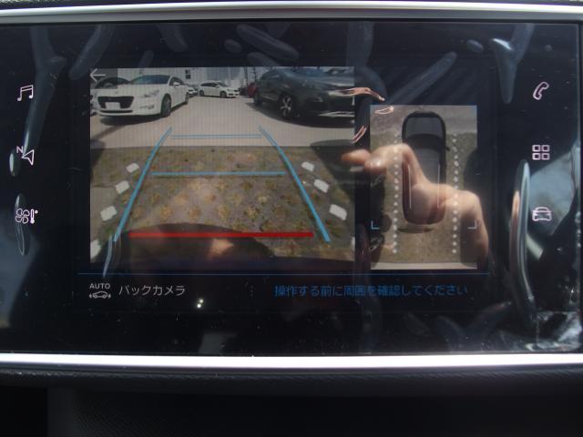 バックカメラが標準装備されております。ガイドラインはハンドルを切った方向に沿って動きますので、より安全に駐車することが可能です。