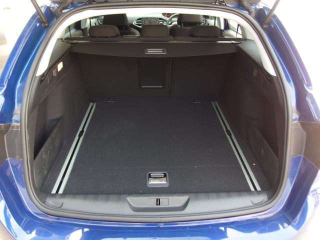 広々としたラゲッジルームは同クラスの車種の中でも広めに確保されており、荷物も余裕をもって積むことができます。