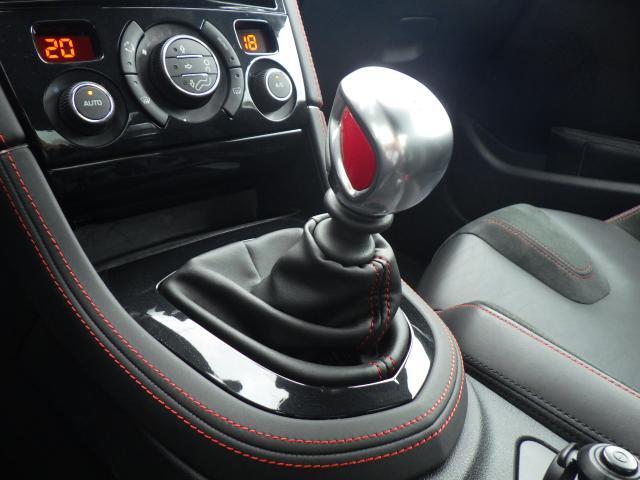 6速マニュアルのシフトレバーです。レッドのアクセントが入りスポーティーさを演出いたします。シフト変更がしやすくドライバーの手にフィットするシフトノブが魅力です。