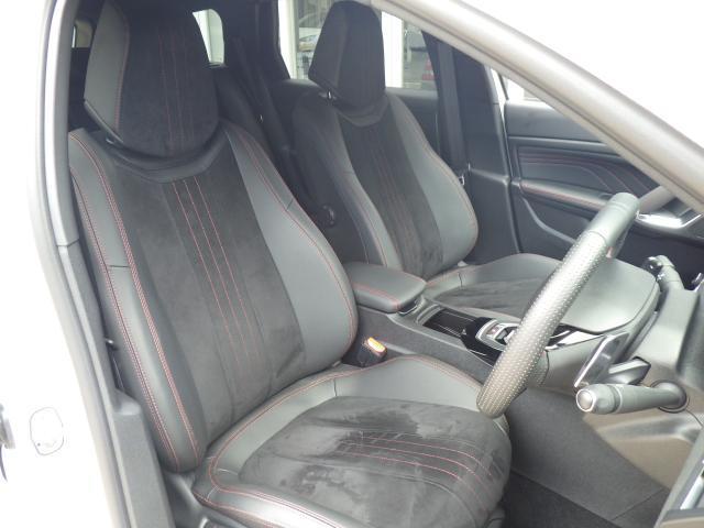 シートはテップレザー/アルカンタラ仕様です。ソフトな座り心地が魅力的です。上質な室内空間を漂わせ、同乗者の方も心地よい気分にさせてくれます。