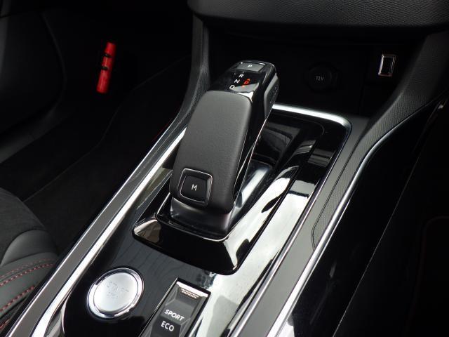 アイシン製8ATのマニュアルモード付きトランスミッションを採用。誤操作を防ぐシフトレバーとなっております。