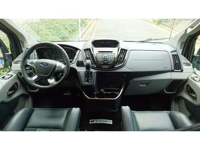 運転席まわりは随所にウッドの装飾があるものの全体的にオーソドックスなデザイン 質実剛健な耐久性と質感、ゆとりある空間を確保 アイポイントも高く視界も良好です