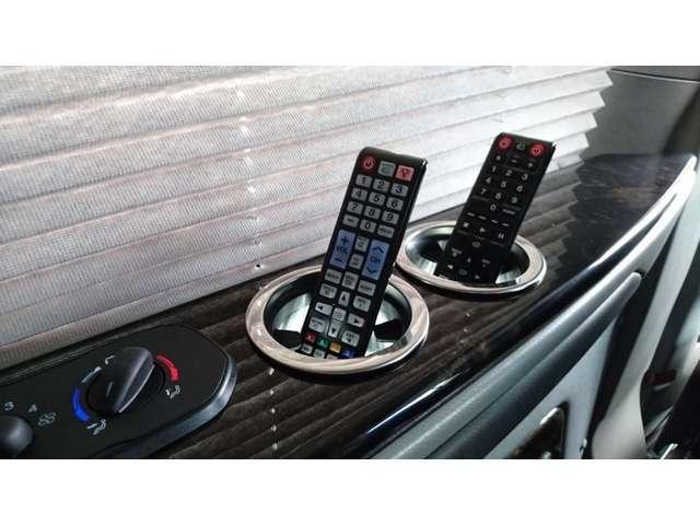 セカンドシートのサイドテーブルには独立コントロールのエアコン調整スイッチを装備