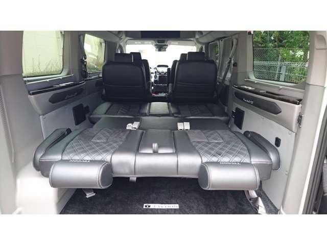 サードシートは電動スイッチでの操作によりフルフラットにすることができ、セカンドシートを回転させることにより、長めのベッドとして利用することも可能です。