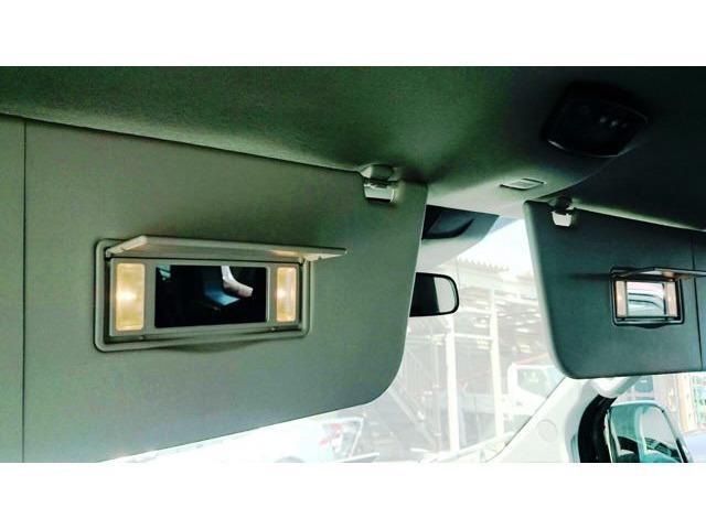 サンバイザーには運転席&助手席ともに照明付きバニティミラー装備