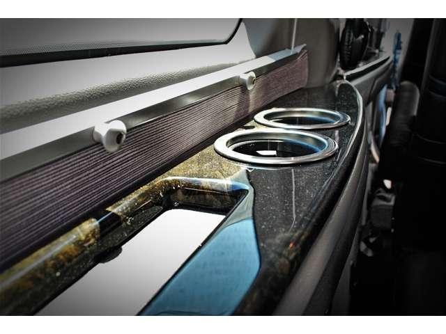 セカンド&サードシートにはドリンクホルダーを装備した大型のサイドテーブルを設置 ウィンドウには暑い日差しを遮るブラインドも装備 快適な空間を提供します
