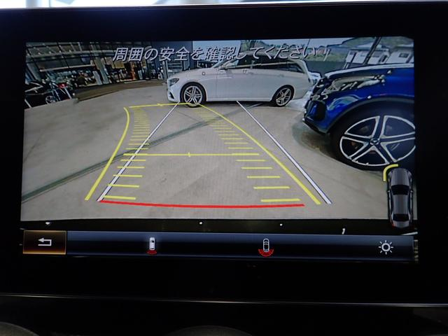 後退や駐車が苦手な方でもご安心下さい。車両後方の状況が一目でご確認頂けます。また、純正バックカメラはハンドルを切るとそれに合わせてカメラ上の線も動きます。