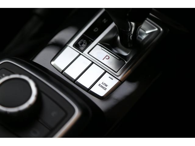 車両の斜め後方のサイドミラーでは死角となる部分に車両等が存在する場合、インジケーターが赤く点灯し注意を喚起。ウインカーを作動させると警告音で危険をお知らせしてくれます。より安全な走行をお手伝いします。
