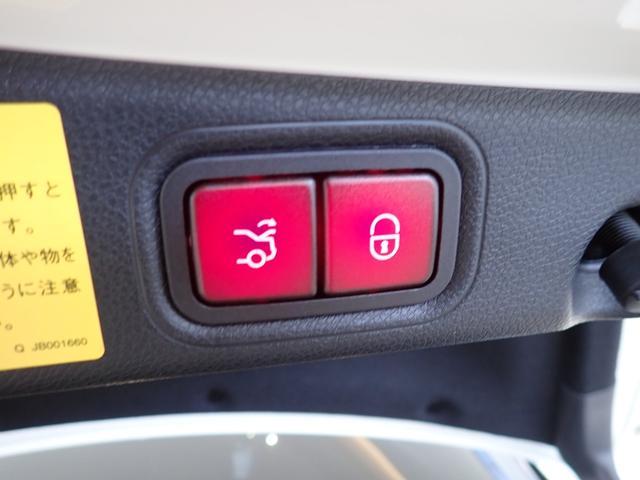 リアゲートは電動での開閉が可能です。お子様を抱っこしている際やお買い物で手が塞がってしまっている場合には大変便利です。
