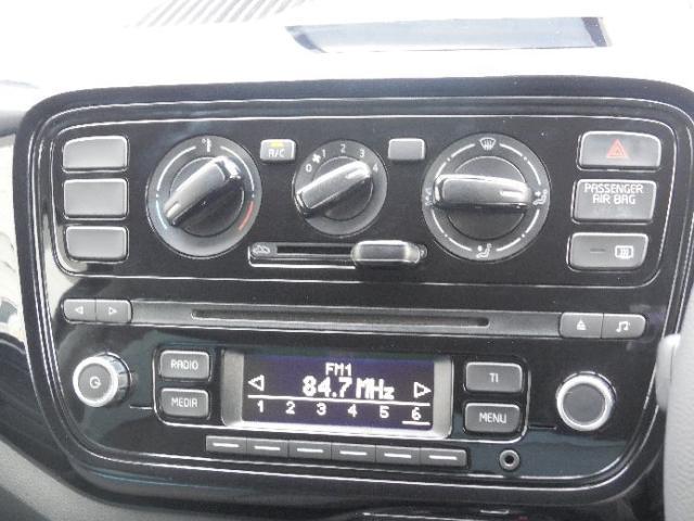 VW純正オーディオRCD215。AM/FMラジオ、CDプレーヤー、CD-R/CD-RW(MP3オーディーファイル)の再生。外部入力端子付き。そして操作のしやすいダイヤル式のエアーコンディショナー。