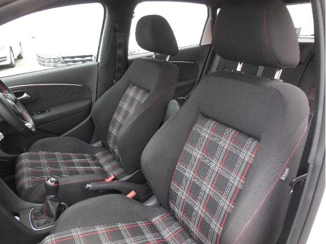 GTIのアイデンティティーの一つ。赤いステッチとラインが入ったタータンチェック柄のシートはしっかりと身体をホールドするセミバケットシートです。