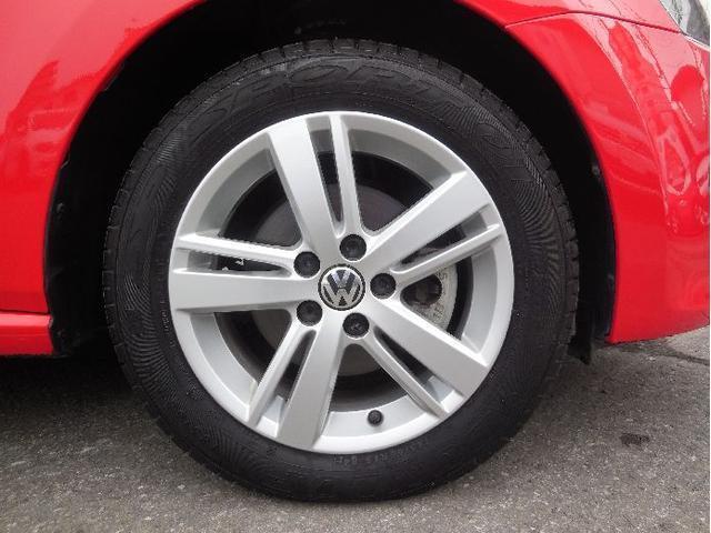 雨天走行時の室内換気に便利、スモークグレーのサイドバイザー付です。材質は耐衝撃性を重視したアクリル製です。Volkswagenロゴ入り純正バイザーです。