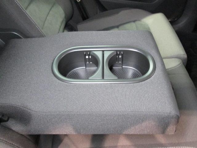 後部座席にもアームレストとドリンクホルダーが搭載されています。