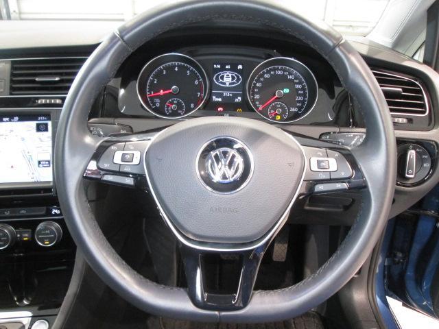 オーディオ機能がステアリングから手を離さずに操作でき、快適なドライビングをサポートします。