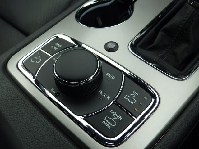 4輪駆動のモード切り替えスイッチです。状況に応じた走行が可能に。エアサスの高さ変更もここで出来ます。
