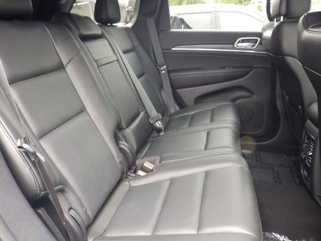 後部座席。元試乗車のためほとんど未使用に近いです。5人乗りの良さである広々とした後部座席です。