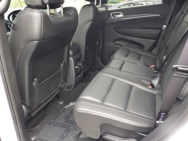 前席後ろにはうれしい収納スペースが。ここにあると何か入れるのに便利ですよね。