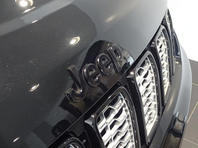 Jeepロゴはブラックで高級感を感じさせてくれます。アルチチュード特有のデザインです!