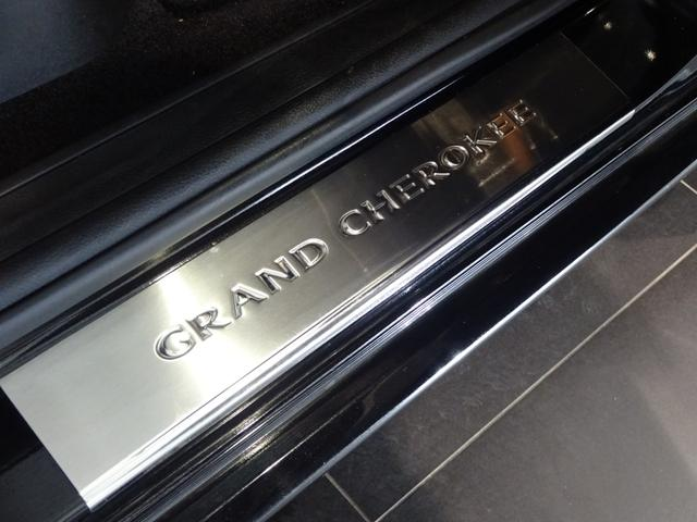 純正オプションのGrand Cherokeeロゴ入りスカッフプレートを取り付けております。