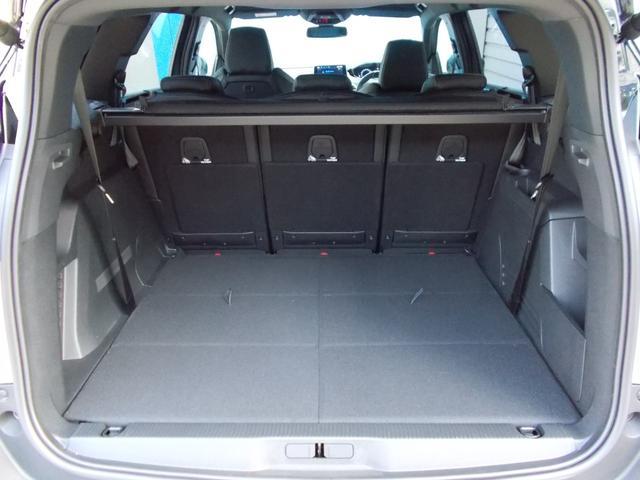 荷物の積み下ろしを容易にする大きく低い開口部、スペース効率に優れたフラットなフロアとスクエアな内部! 2列目シート折りたたみ、3列目シートは格納&取り外しが可能!
