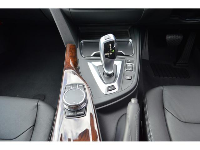 シンプルかつ直感的な操作で、コントロール・ディスプレイに表示されるさまざまな機能を操作できる i Driveコントローラー装備