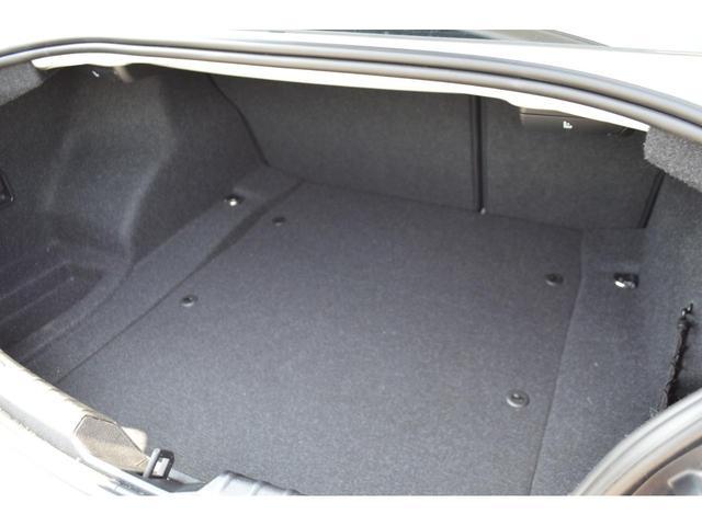 後部座席を倒すとさらに広いスペースを確保できます!長いものも収納出来ます!