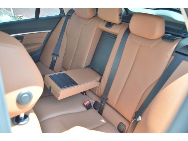 後部座席もゆったりとした空間を確保しております。