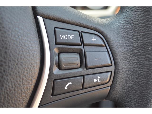 マルチファンクションステアリングを装備。ハンドルから手を離すことなく、オーディオ切り替え、ボリューム調整、選曲等が行え、安全に快適にドライブできます。