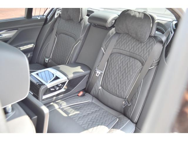 M760Li xDrive 正規認定中古車 スカイラウンジ エグゼクティブラウンジシート ダイヤモンドサウンド 前後マッサージ ナイトビジョン リアエンターテインメント シートヒーターエアコン レーザーライト ディスプレーキー(23枚目)